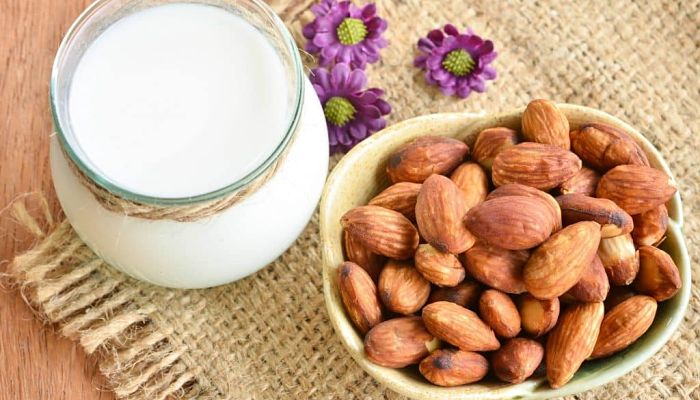 Entre los beneficios de la leche de almendras mas importantes es quecontiene proteínas junto con otros nutrientes y minerales.