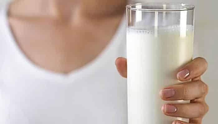 Beber leche fría específicamente proporciona alivio de la acidez.