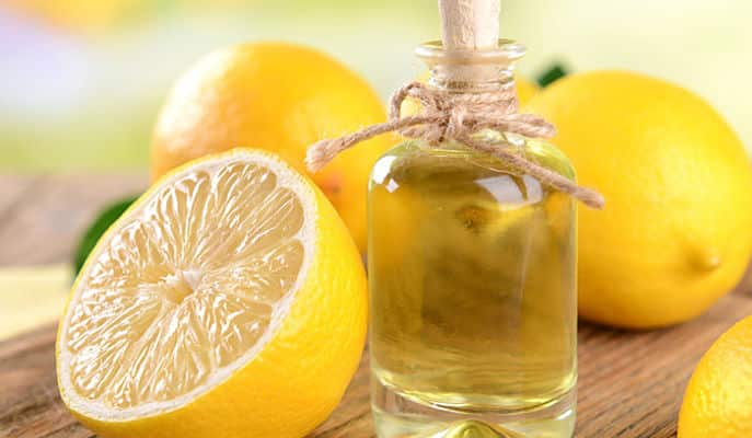 El limón en combinación con el aceite de oliva, ayuda a reparar el daño, minimiza la rotura y mejora la salud general de tu cabello.